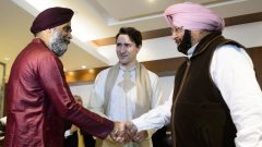 من اليمين: رئيس وزراء اقليم البنجاب أماريندر سينغ ورئيس الحكومة الكنديّة جوستان ترودو ووزير الدفاع الكندي هارجيت سجان/Sean Kilpatrick/CP