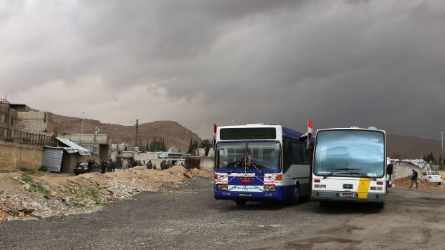 باصات إجلاء المدنيين بانتظار الهدنة/غيتي