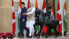 رئيس وزراء الهند ناريندرا مودي (إلى اليمين) مستقبلا رئيس وزراء كندا جوستان ترودو/Sean Kilpatrick/CP