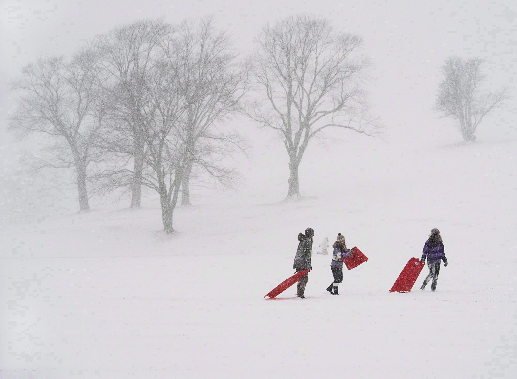 تلاميذ يلهون بالثلج الذي تسبّب بإقفال المدارس في هاليفاكس في 22-01-2014/Andrew Vaughan/CP