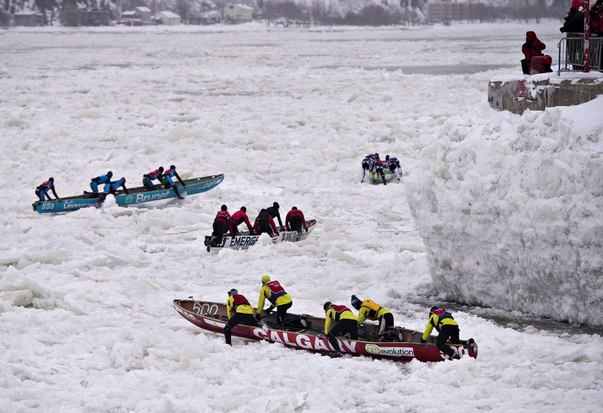 فريق كالغاري يشارك في سباق زوارق الجليد في نهر السان لوران خلال مهرجان الثلوج في كيبيك في 08-02-2018/Jacques Boissinot/CP