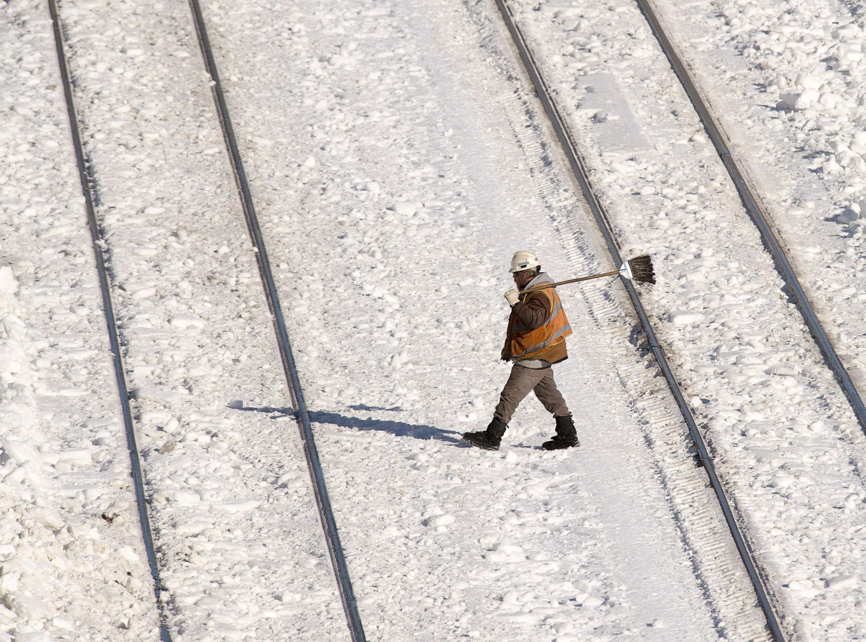 تنظيف خطوط السكك الحديد في هاليفاكس من الثبج في 15-02-2015/Andrew VaughanCP