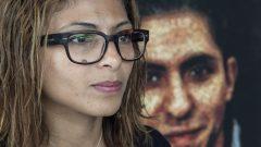 إنصاف حيدر أمام غلاف كتاب عليه صورة زوجها المدوّن السعودي رائف بدوي في مونتريال في 16-06-2015/Paul Chiasson/CP