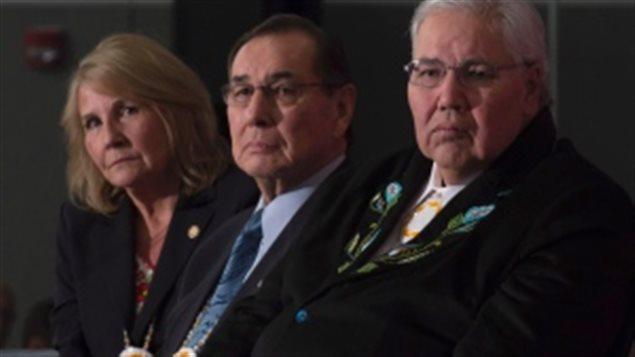أعضاء لجنة الحقيقة والمصالحة من اليمين: القاضي مورّي سانكلير والمحامي ولتون ليتلتشايلد والصحافيّة ماري سانكلير © Adrian Wyld/Canadian Press