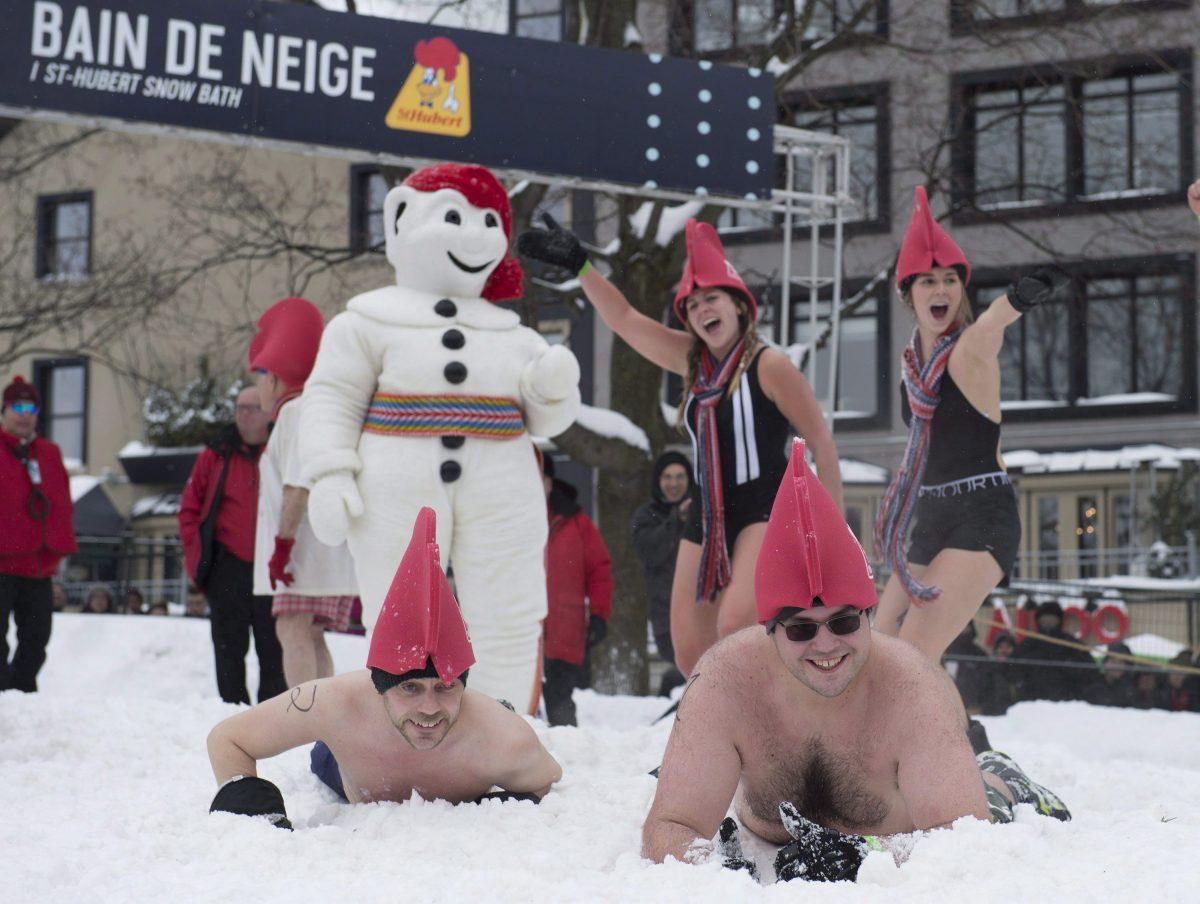 زوّار يلعبون في الثلج خلال مهرجان كيبيك للثلوج السنوي في 09-02-2018/Jacques Boissinot/CP