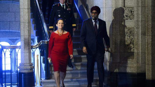 وزير الدفاع هارجيت سجان ووزيرة الخارجيّة كريستيا فريلاند ووراءهما رئيس الأركان الكندي جوناتان فانس/Sean KilpatrickCP