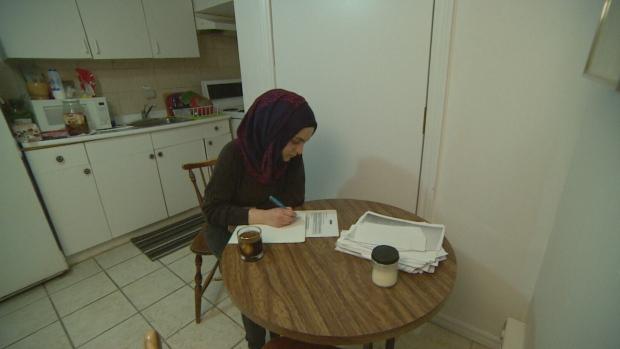 الطالبة السوريّة آلاء العكل في شقّتها في مدينة تورونتو/CBC/هيئة الاذاعة الكنديّة
