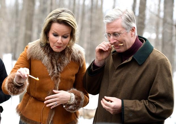 الملك فيليب والملكة ماتيلدا يتذوّقان شراب القيقب المثلّج في كوخ سكّر القيقب في اوتاوا في 12-02-2018/Justin Tang/Canadian Press
