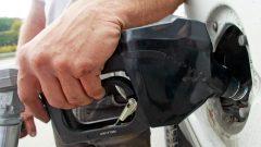 ارتفاع أسعار وقود السيّارات ساهم في ارتفاع معدّل التضخّم/Associated Press)