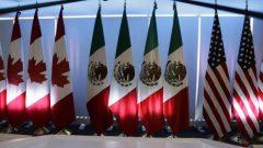 من اليمين: اعلام الولايات المتّحدة والمكسيك والولايات المتّحدة/The Associated Press)