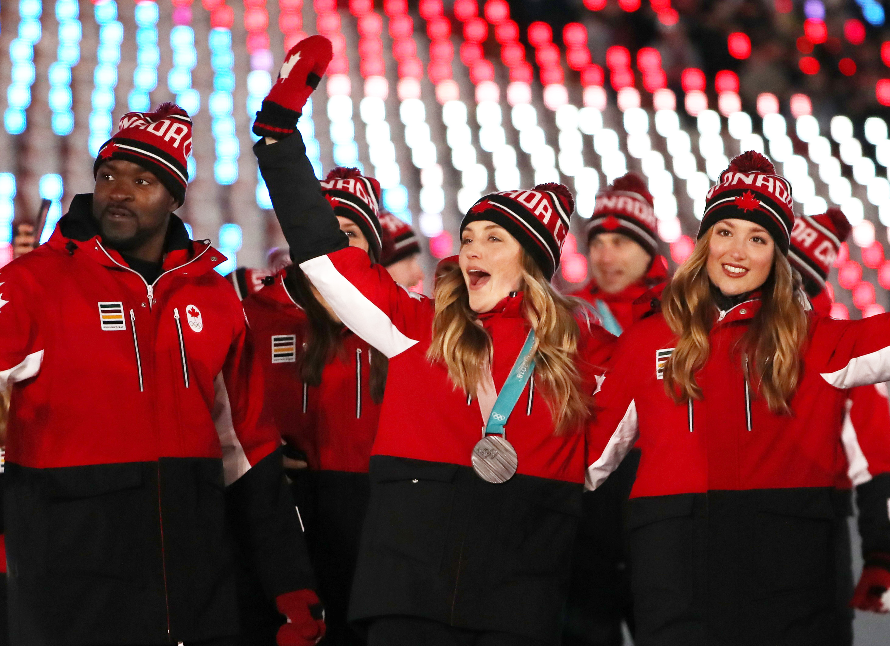 أبطال اولمبيّون كنديّون يشاركون في الحفل الختامي لدورة بيونغ تشانغ الأولمبيّة الشتويّة في 25-02-2018/ REUTERS/Lucy Nicholson