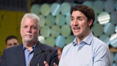 رئيس حكومة كندا جوستان ترودو (إلى اليمين) ورئيس حكومة كيبيك فيليب كويار في مصنع ريو تنتو للألمنيوم في ساغني في 12-02-2018/Jacques Boissinot/CP