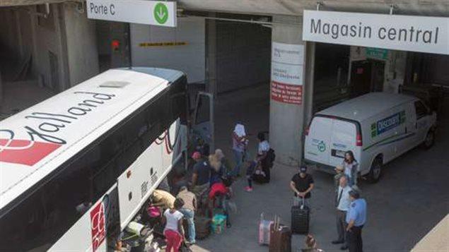 طالبو لجوء يصلون إلى استاد مونتريال الأولمبي في 2-08-2017/CP / Ryan Remiorz