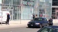 مشهد توقيف الشرطي الكندي كين لام لأليك ميناسيان ونشاهد هذا الأخير يصوّب يده وكأنه يحمل بها سلاحا تجاه الشرطي البطل/CBC