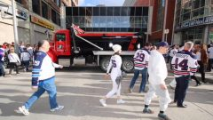 شاحنات ضخمة تغلق مكان العبور للاحتفالات الرياضية في وينيبغ/راجيو كندا