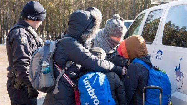 لاجئون على الحدود الأميركية مع كيبك يسعون للعبور/الصحافة الكندية