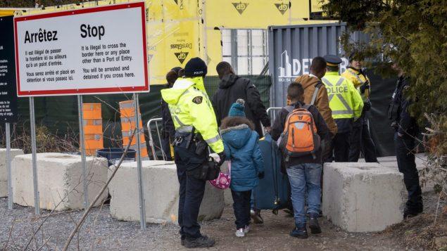 عائلة من كولومبيا على الحدود الأميركية الكندية/ الصحافة الكندية