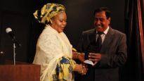 الدكتور عز الدين أبو العيش يسلّم Leymah Gbowee الحائزة على نوبل للسلام جائزتها في فاعلية للمؤسسة الخيرية التي يرأسها Daughters For Life/راديو كندا الدولي
