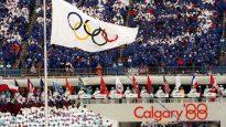 علم الألعاب الأولمبية الشتوية يرفرف في سماء مدينة كالغيري عام 1988 من القرن الماضي/ هيئة الإذاعة الكندية