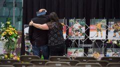 صور لاعبي فريق برونكوس في حلبة الغار بيترسون قبيل مراسم التكريم لضحايا الحادثة المأساويّة/Jonathan Hayward/CP
