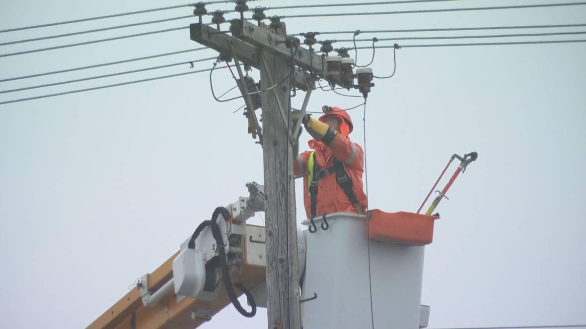 عمّال هيدرو اوتاوا للطاقة الكهربائيّة يعملون على إصلاح الأعطال/Olivier Plante/CBC/هيئة الاذاعة الكنديّة