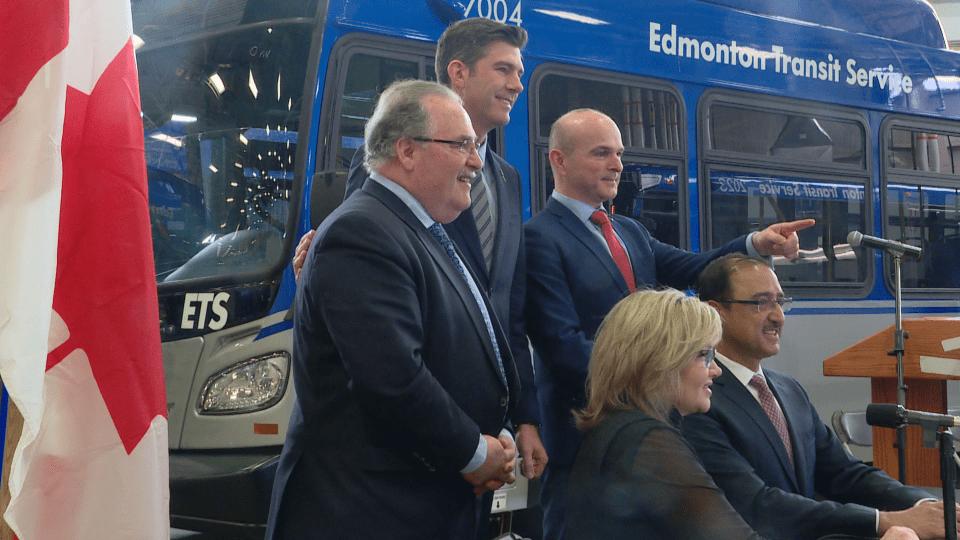 وزير البنى التحتيّة الكندي أمارجين سوهي (جالسا إلى اليمين) وعدد من المسؤولين في البرتا/Radio-Canada/Sébastien Tanguay