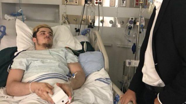 رئيس الحكومة الكنديّة جوستان ترودو يتحدّث إلى اللاعب المصاب رايان ستراتشنيتسكي في المستشفى/Ryan Straschnitzki/Twitter