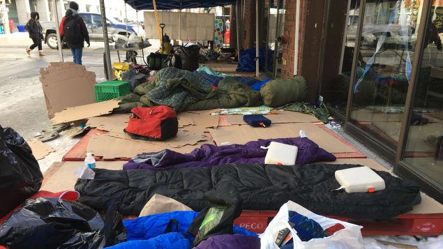 أكياس نوم منتشرة في شارع في أوتاوا لمساعدة المشردين/راديو كندا