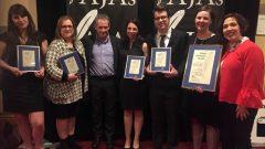 الصحافيون الفائزون بالجوائز التقديرية في أكاديا مع المدير العام للإعلام في راديو كندا ميشال كورمييه (الثالث إلى اليمين) راديو كندا