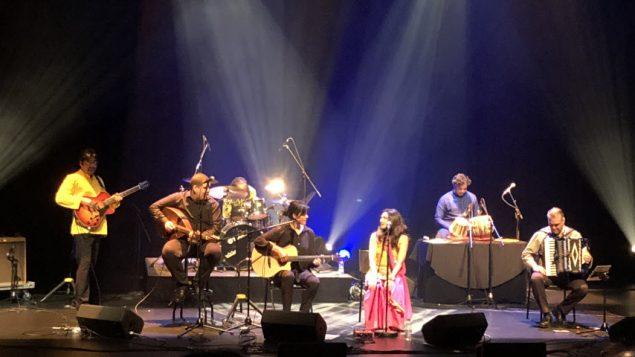 الفنانة الجزائرية سعاد ماسي مع الفنانية الكندية الهندية كيران على خشبة مسرح اوترومان في مونتريال بعدسة كوليت ضرغام