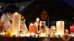 المئات من أبناء مدينة تورنتو اجتمعوا ليلة أمس حول الشموع المضيئة على أرواح ضحايا حادث الدهس/رويترز: Carlo Allegri
