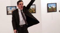 صورة الإرهابي التركي الذي قتل السفير الروسي في أنقرة أندريه كارلوف التي فازت العام الماضي بأفضل صورة في جوائز وورد برس فوتو والتقط الصورة برهان أوزبيليس مباشرة عقب إصابة السفير الروسي بالطلق الناري/CBC