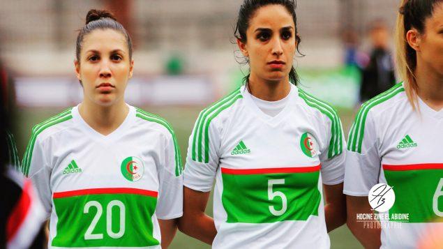 ىسيا سيدهوم (في الوسط) خلال مباراة بين فريقي الجزائر والسينيغال لكرة القدم النسويّة/Hocine Zine El Abidine/Hocine Zine El Abidine