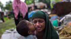 طفل نازح من اقليّة الروهينجا يقبّل والدته/Bernat Armangue/AP