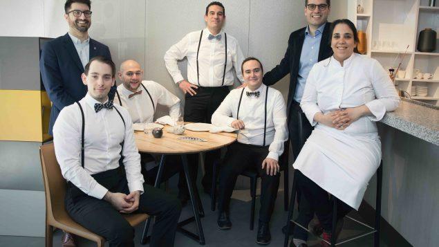 الشيف صوفي تابت في مطعمها مع فريق عملها/Gaëlle Vuillaume