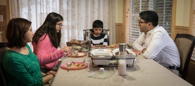 عائلة مومن جراري على مائدة العشاؤ مع ملديهما/راديو كندا