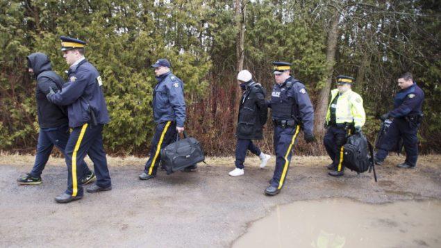 تدفق اللاجئين على الحدود ما يتسبب بزيادة الجهود المفروضة على عاتق عناصر خدمات الحدود الكندية/راديو كندا