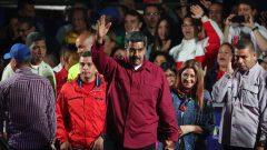 الرئيس الفنزويلي نيكولاس مادورو يحيي ناخبيه بعد إعادة انتهابه حتى عام 2025 وسط قلق الأسرة الدولية والمعارضة التي لا تعترف بشرعيته/EPA مايكل غوتيريز