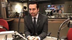 رئيس نقابة المحامين في كيبيك بول ماتيو غراندان يدافع عن إجراءات ملاحقة النقابة لحكومة كيبيك في سبيل اعماد القوانين في كيبيك باللغتين الفرنسية والانجليزية في وقت واحد/راديو كندا