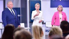 من اليمين زعيمة الديمقراطيّين الجدد اندريا هورواث وزعيمة الليبراليّين كاثلين وين وزعيم المحافظين دوغ فورد/Frank Gunn/Canadian Press