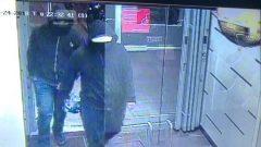 مشبوهان ملثّمان التقطت صورتهما كاميرات المراقبة/Peel Regional Police/Twitter