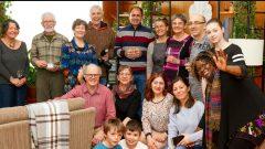 عائلة سوريّة مع اعضاء لجنة الكفلاء من مدينة ماتان الكيبيكيّة/ ميشلين نصّار