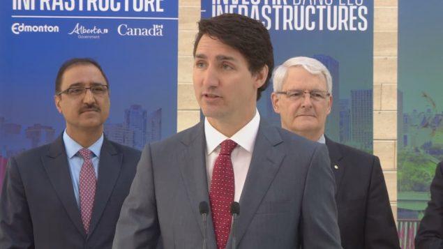 رئيس الوزراء الكندي جوستان ترودو وبصحبته الوزيران مارك غارنو وآمارحيت سوهي في إدمنتون/راديو كندا