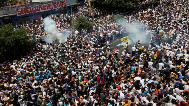 مظاهرات للمعارضة في فنزويلا وتنديد بالأزمة الاقتصادية الخانقة وبعدم الاعتراف بالرئيس مادورو الذي أعيد انتخابه حتى عام 2025 وسط استياء دولي/رويترز/راديو كندا