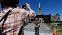 سيّاح صينيّون أمام مقرّ البرلمان في اوتاوا/(CP/Sean Kilpatric