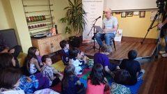 الاعلاميّ احمد معروف يتحدّث غلى مجموعة من الأطفال في يوم الثقافات في تورونتو 2014/أحمد معروف