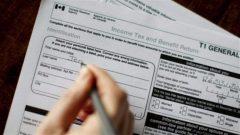 استمارة تابعة لوكالة الدخل الكنديّة/Chris Young/CP