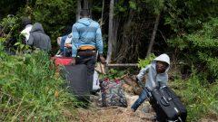 ووصوصول عائلة من اللاجئين إلى معبر لاكول على الحدود الأميركية مع كيبيك ويبدو طفل وهو ينقل حقيبة سفر كبيرة ثقيلة بالنسبة لقوته وعمره/رويترزول عائلة من اللاجئين إلى معبر لاكول على الحدود الأميركية مع كيبيك ويبدو طفل وهو ينقل محفظة كبيرة ثقيلة بالنسبة لقوته وعمره/رويترزصول عائلة من اللاجئين إلى معبر لاكول على الحدود الأميركية مع كيبيك ويبدو طفل وهو ينقل محفظة كبيرة ثقيلة بالنسبة لقوته وعمره/رويترز