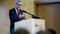 رئيس جامعة أوروبا الوسطى مايكل إيغناتتيف يلقي محاضرة أمام ظلاب الجامعة/CEU