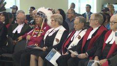 زعيم السكّان الأصليّين إلى جانب قضاة خلال تدشين محكمة خاصّة بالسكّان الأصليّين/CBC/هيئة الاذاعة الكنديّة